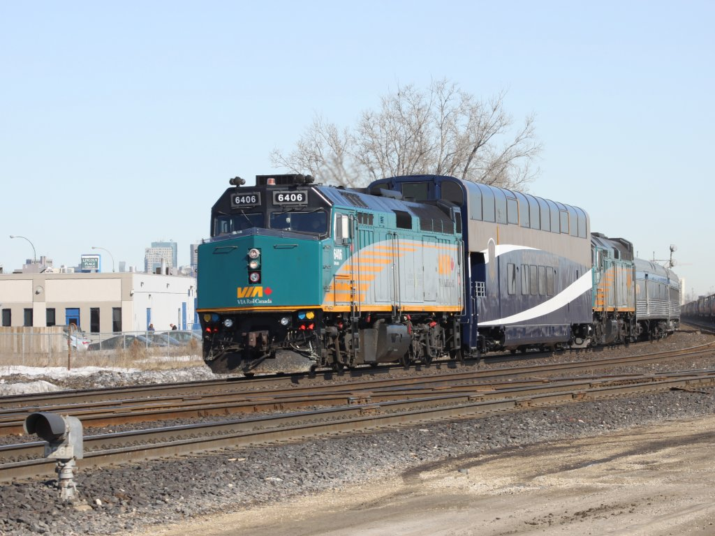 VIA 6406 and Rocky Mountaineer car in Winnipeg, MB 2011/03/24